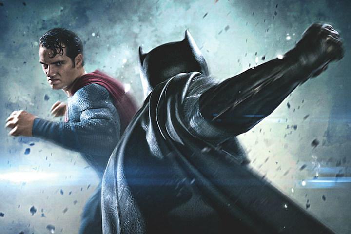 Batman de costas encarando Superman, ambos com pose de luta