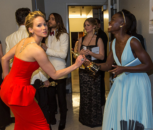 Jennifer Lawrence steals oscar lupita nyong'o